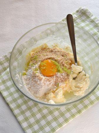 Unite farina, mandorle, la scorza grattugiata e l'uovo alla Vallé con lo zucchero e mescolate. Impastate brevemente e formate una palla, avvolgetela con pellicola trasparente e mettetela in frigo per 2-3 ore