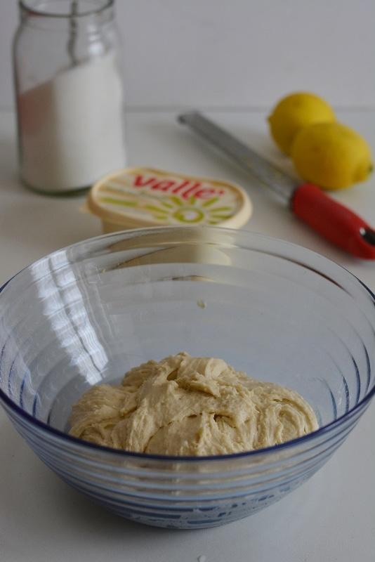 aggiungere tutti gli altri ingredienti e impastare energicamente