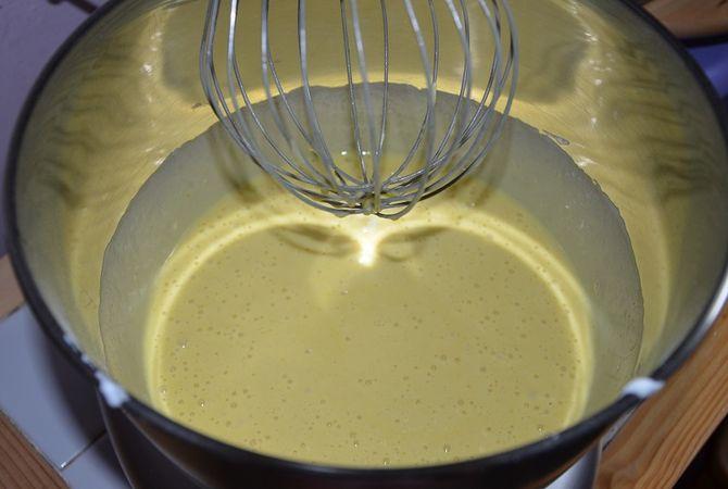 Lavorare le uova con lo zucchero fino a triplicarle di volume, aggiungere a filo lo yogurt ed il latte con lo zafferano sciolto al suo interno.