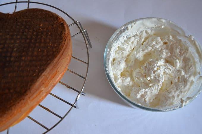 Una volta raffreddata la torta, tagliarla in tre strati e levare un po' di mollica interna in eccedenza, che useremo per la copertura.