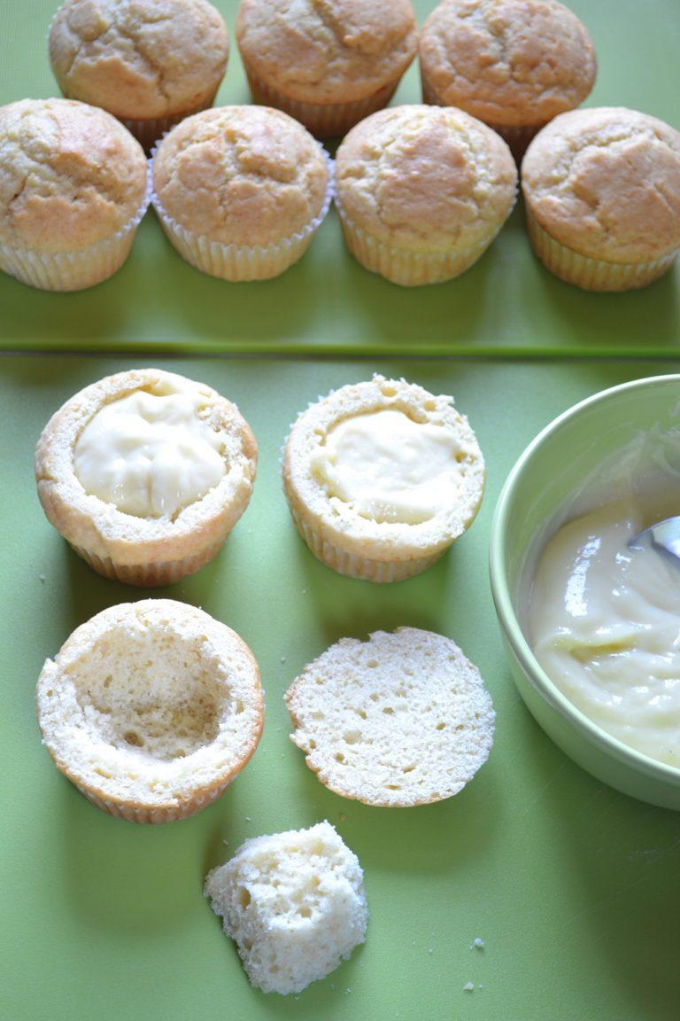 Pulite l'ananas e tagliatelo a piccoli cubetti. Tagliate la calotta dei muffins, svuotateli leggermente (potete tenere i ritagli per la colazione del giorno dopo!) e versate un cucchiaio di crema in ogni tortina