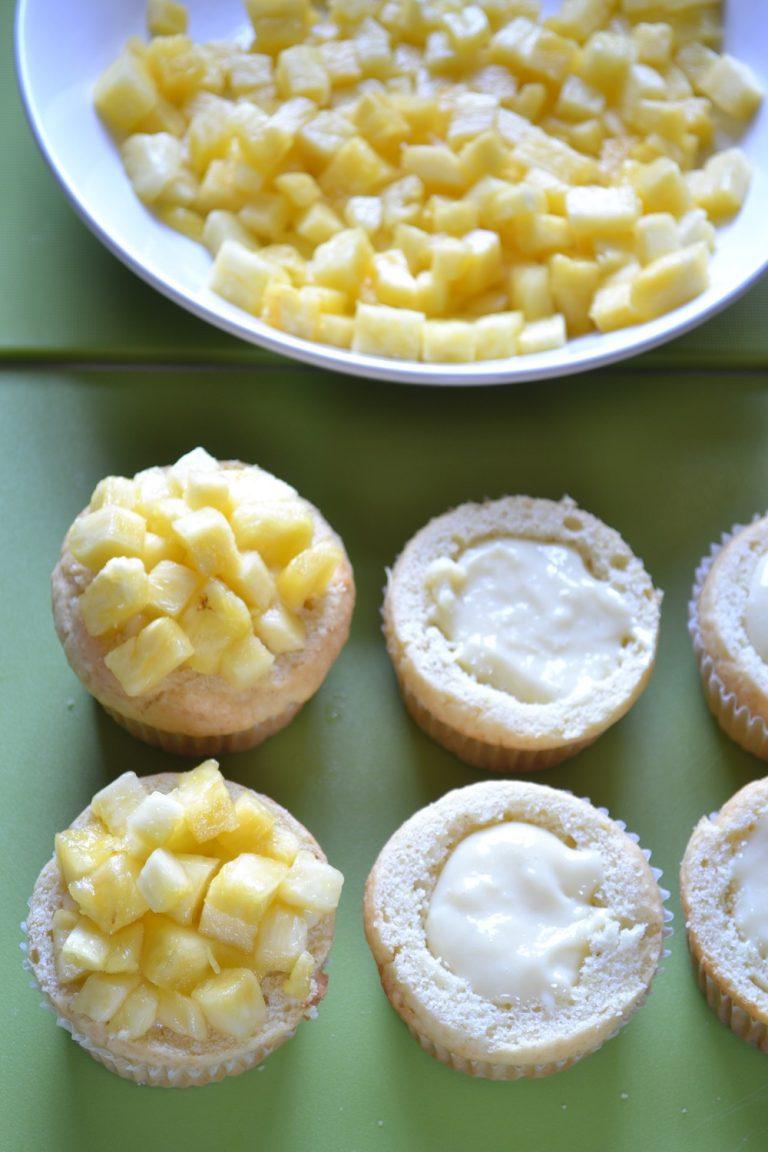 Coprite ogni torta con 2 cucchiai circa di cubetti di ananas