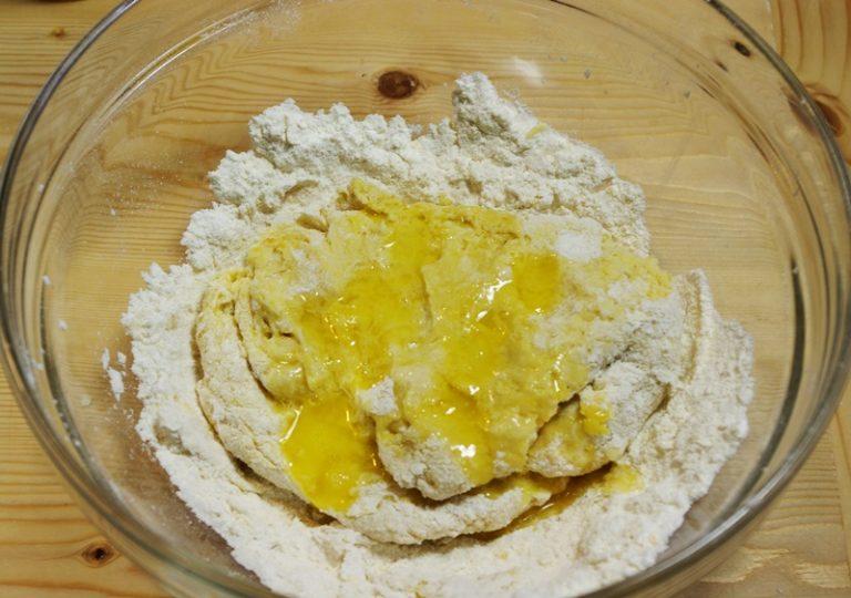 Lavorate inizialmente sempre con una forchetta poi a mano. <br /> Aggiungete anche il sale e Vallé naturalmente fuso ma non caldo
