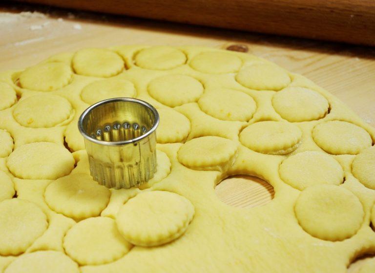 Stendetelo con un matterello ad uno spessore di 1 cm scarso poi tagliate tanti dischetti di 3 cm. Metteteli su una placca con carta forno, coprite con dei fogli di nylon e lasciate raddoppiare.