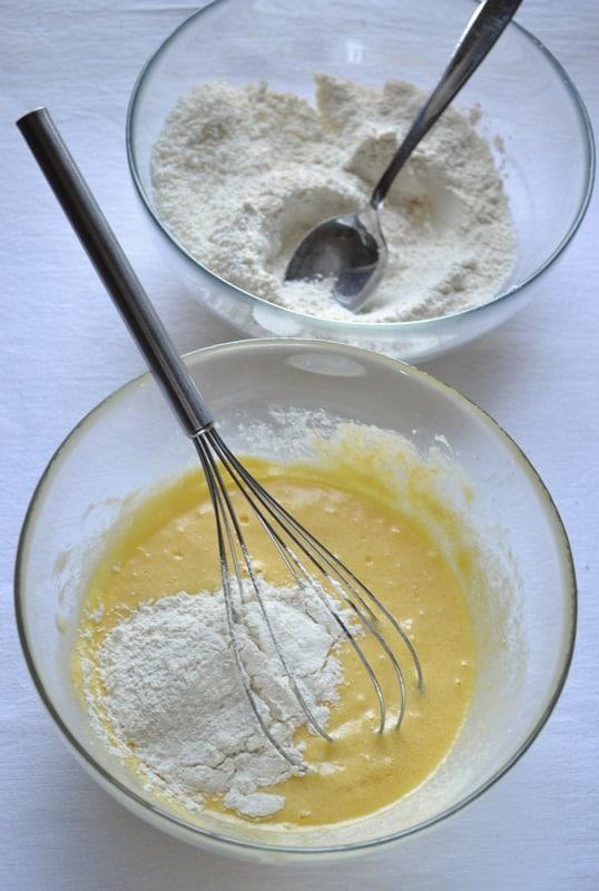 Unite un uovo alla volta, mescolando bene tra uno e l'altro. Aggiungete la vaniglia, amalgamate, poi incorporate la farina poca alla volta, mescolando con cura tra le aggiunte. Appena l'impasto diventa asciutto, aggiungete il latte di cocco, mescolate e procedete con la farina rimasta.