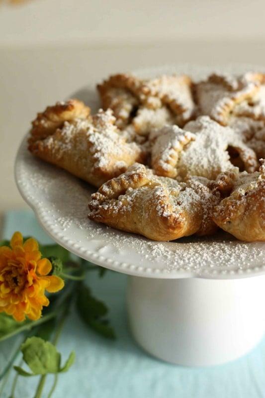 Cuocere in forno a 180° fino a doratura e cospargerli con lo zucchero a velo.
