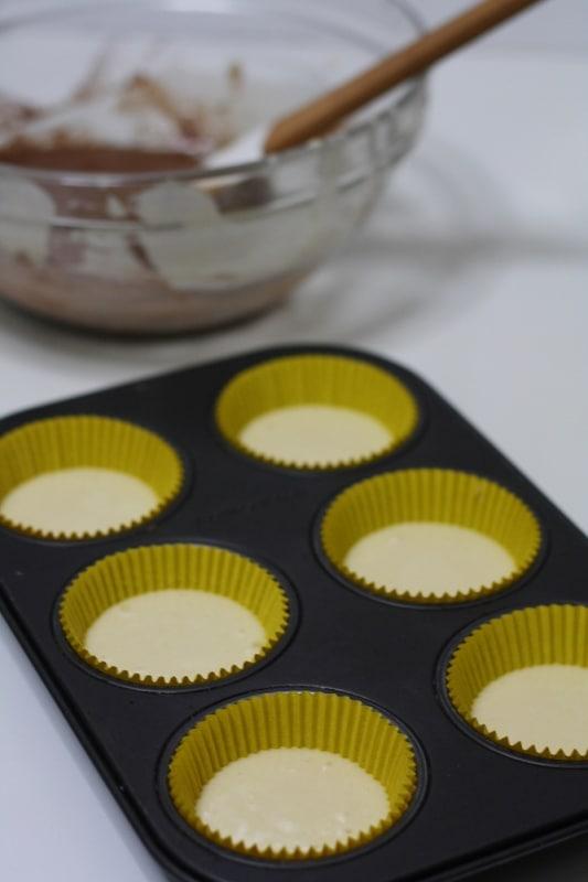 Versare metà composto in 6 stampi da muffin