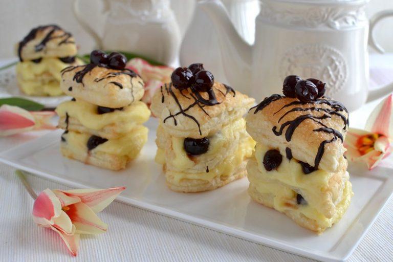 Mettete sul piatto di portata aiutandovi con una paletta da dolce, decorate con qualche amarena e servite