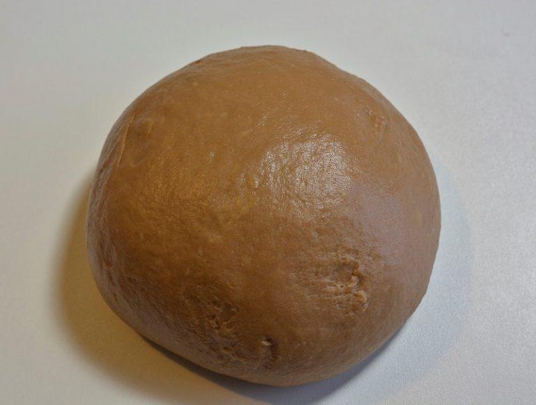Formate una palla, e lasciatela lievitare nella ciotola coperta con della pellicola fino al raddoppio.
