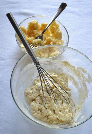 Fate sciogliere la Vallé Bio e mettete da parte. In una ciotola capiente, mescolate farina e lievito e unite il latte mescolando: otterrete un composto un po' tenace ma non spaventatevi, si ammorbidirà dopo. Sbucciate le banane e schiacciatele fino a ridurle in puré.