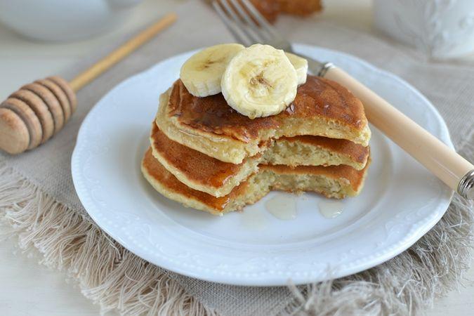 Servite ben caldi. Se volete, aggiungete banana affettata e miele a ogni mucchietto di pancakes.