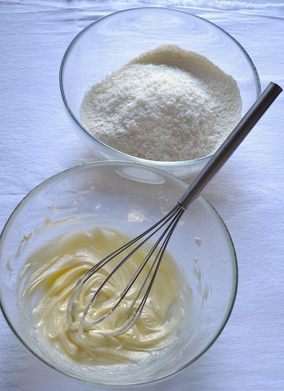 Lavorate la Vallé+Burro con lo zucchero a velo fino ad ottenere un composto morbido e cremoso. A parte, mescolate la farina e 50 gr di cocco.