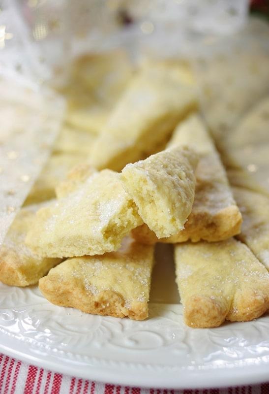 Infornare a 160° per 40 minuti circa. Cospargere di zucchero di canna. Tagliare le fette pre-segnate e servire con un accompagnamento a piacere.