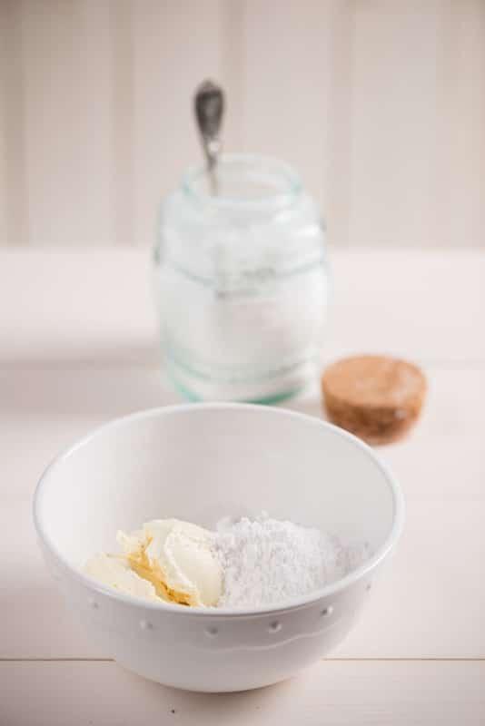 Preparare la glassa: In una ciotola mettere i 150 gr di margarina ammorbidita, lavorarla con una spatola ed aggiungervi man mano lo zucchero a velo fino al suo completo assorbimento. Tenere in frigorifero.