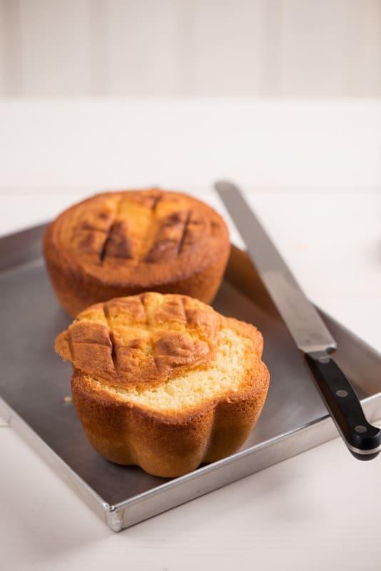Sformare le tortine e farle raffreddare completamente su una griglia.