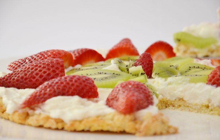 una volta raffreddata la base spalmare la crema al formaggio e<br /> decorare con frutta fresca