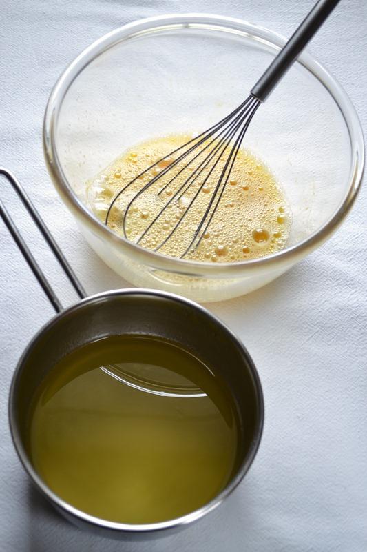 Accendete il forno a 180 gradi. Mettete miele e Vallé Omega 3 in un pentolino e fate sciogliere a fuoco basso mescolando continuamente, poi lasciate raffreddare per 10 minuti. A parte, sbattete le uova con 40 gr di zucchero di canna (il resto servirà dopo)