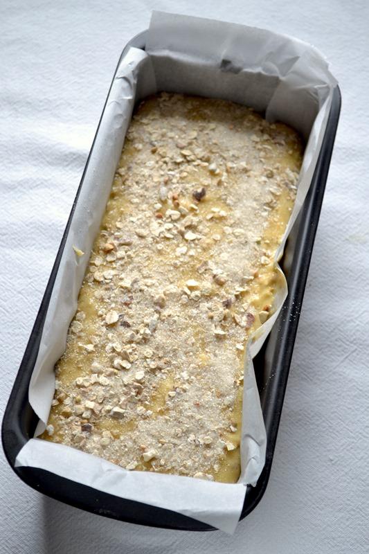 Versate in uno stampo da plumcake (circa 25x10 cm) foderato con due strisce di carta forno incrociate oppure unto e infarinato. Mescolate i 20 gr di zucchero rimasti col cucchiaio di muesli messo da parte e distribuiteli sulla superficie del dolce. Infornate per 40-45 minuti (fate la prova stecchino)