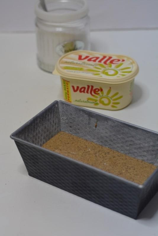versare il composto in uno stampo da plumcake. Infornare a 180° per circa 40min.
