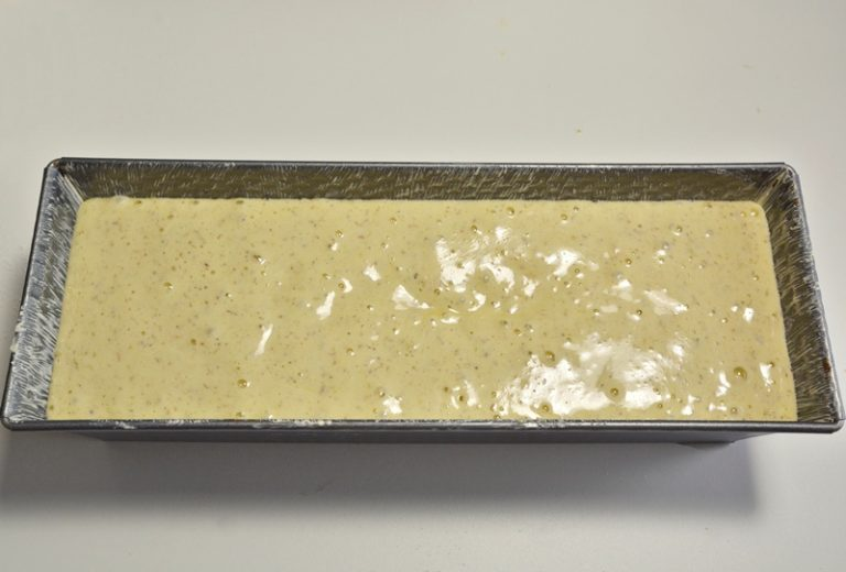 Versate il composto in uno stampo da plumcake  da 30 cm imburrato ed infarinato. Infornate a 160°-170° statico per circa 40 minuti. Controllate con uno stecchino la cottura.