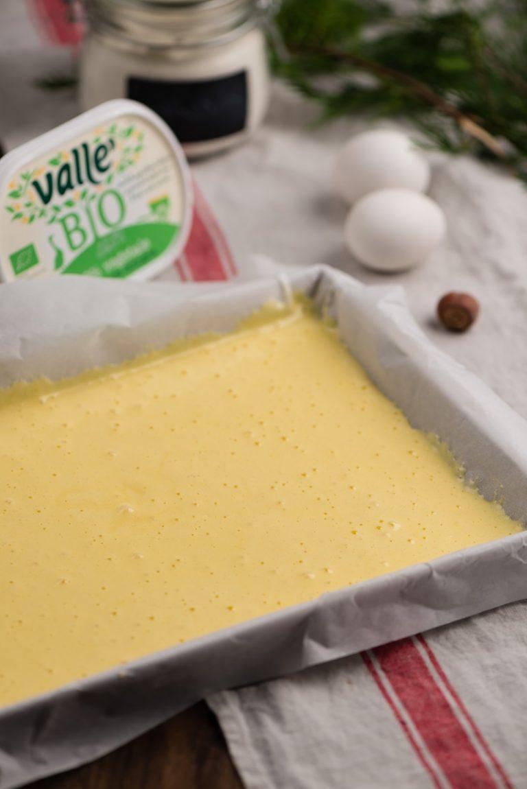Inumidite un foglio di cara da forno, foderate una teglia rettangolare e distribuitevi il composto livellandolo con una spatola. Infornate a 180° per 10 minuti.