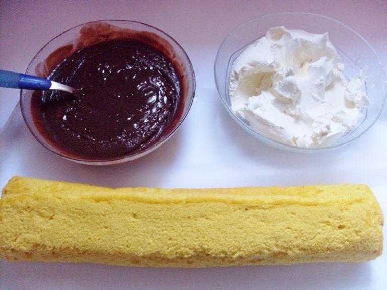per la ganache al cioccolato:<br /> sciogliere il cioccolato a bagno maria, unirlo con la panna e far raffreddare. avvolgere il biscuit nello strofinaccio e farlo raffreddare .