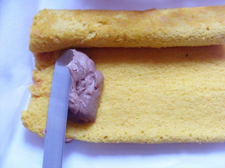 preparare il ripieno: mescolare il mascarpone con la crema al cioccolato ed un goccio di liquore a scelta (per me lo strega). farcire il rotolo