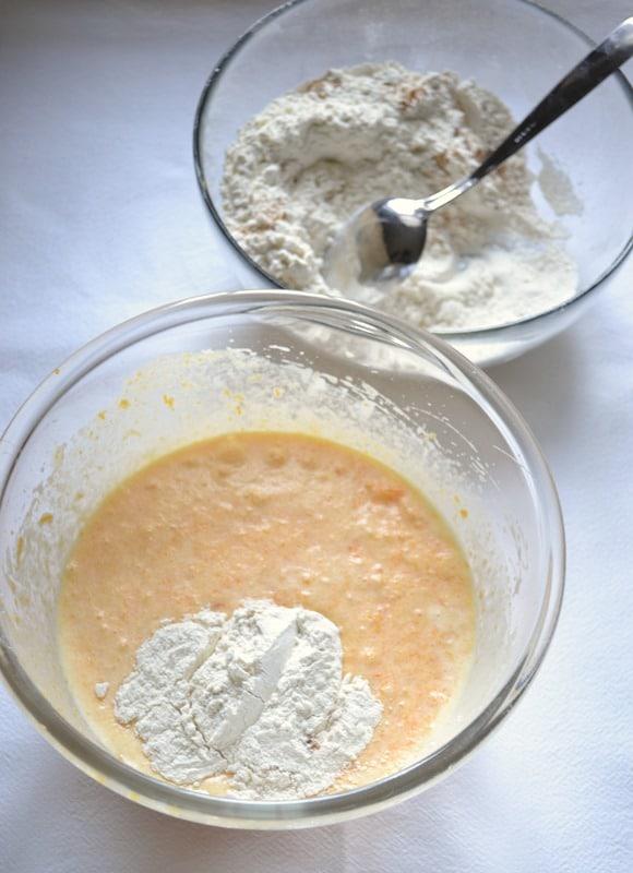 Unite la scorza grattugiata, la Vallé sciolta, la zucca cotta e frullate ancora. Incorporate la farina un cucchiaio alla volta continuando a frullare.