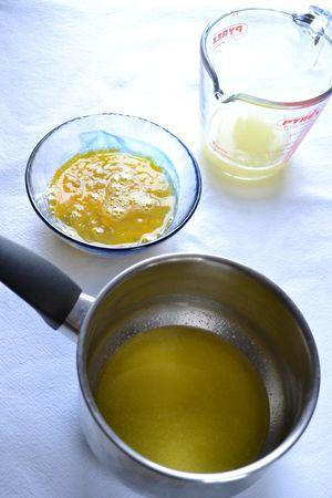 Preparate la crema al lime: spremete i lime e mettete il succo in un misurino: controllate che raggiunga i 90 ml (se così non fosse, aggiungete succo di limone o altro succo di lime fino a quel livello). Sbattete leggermente le uova In una piccola pentola dal fondo spesso, fate sciogliere la Vallé+Burro