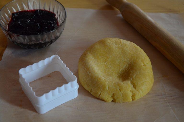 lavorare farina, valle' ben fredda e lo zucchero velocemente ed aggiungere l'acqua.<br /> formare un panetto e riporre in frigo per 1 ora.<br /> riporre al centro un po' di confettura e sigillare bene i bordi, bagnandoli leggermente d'acqua.<br /> accendere il forno a 180 °, spennellare la superficie con latte e tuorlo, cospargere di zucchero e cuocere per 15 minuti.<br />