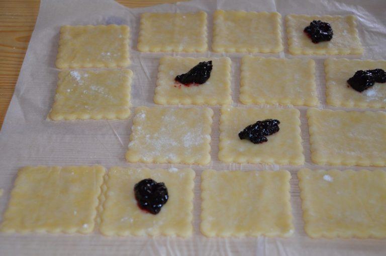 trascorso il tempo tirare la pasta con il mattarello e con un taglia biscotti dargli la forma desiderata.<br /> riporre al centro un po' di confettura e sigillare bene i bordi, bagnandoli leggermente d'acqua.<br /> accendere il forno a 180 ° <br /> spennellare la superficie con latte e tuorlo, cospargere di zucchero e cuocere per 15 minuti