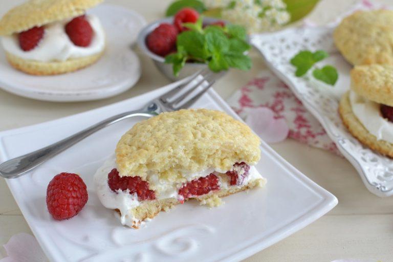 Prima di servire, tagliate gli shortcakes a metà e farcite con la crema e qualche lampone. Richiudete e servite.