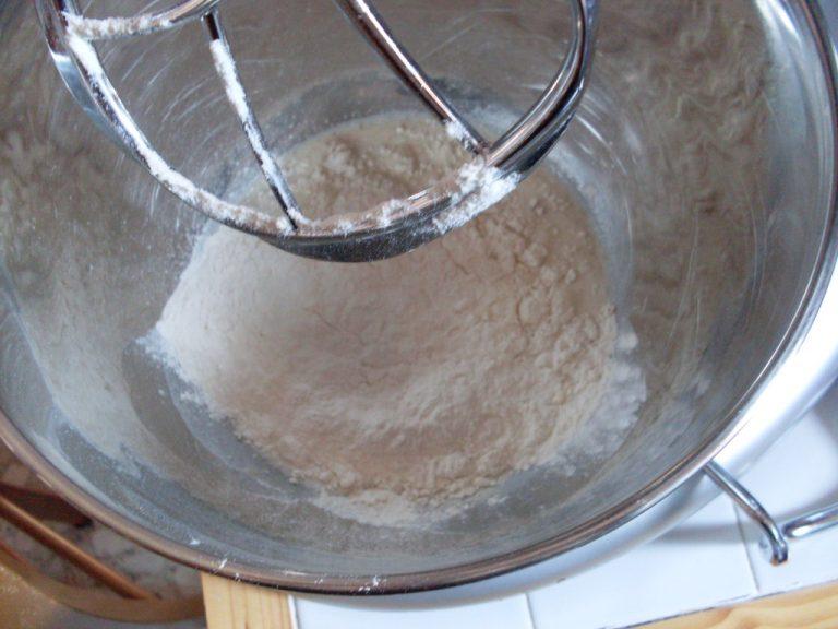 mettere il lievito con il latte tiepido, 100 gr di farina e 30 gr di zucchero (sottratti dai 70 gr della ricetta)