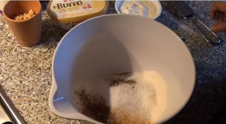 In una ciotola capiente setacciate la farina con lievito e vanillina. Unite le spezie.