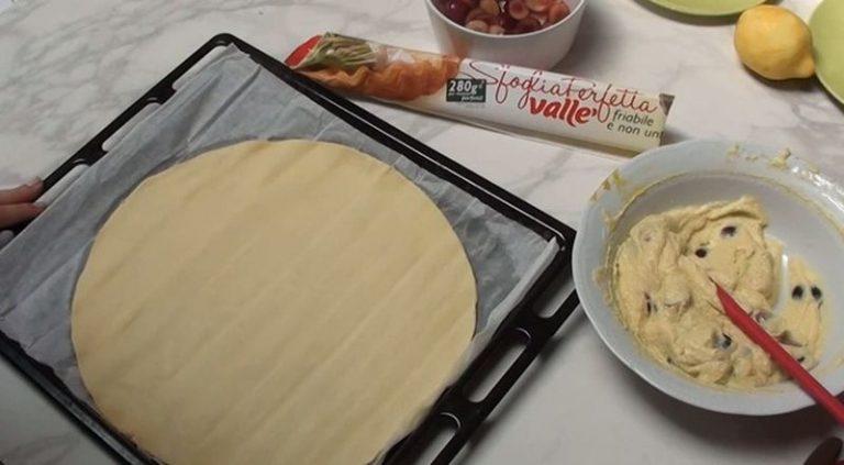 Cuocere in forno caldo a 180° per 20-24 minuti. Quando il dolce sarà freddo spolverizzare di zucchero a velo vanigliato