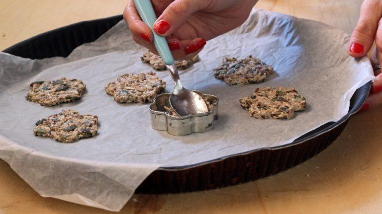 Foderate una teglia con carta da forno; formate la base delle tartine mettendo 2 cucchiaini di impasto in un coppapasta di 3 cm di diametro, pressate delicatamente. Ripetete fino a formare 8 basi.<br />