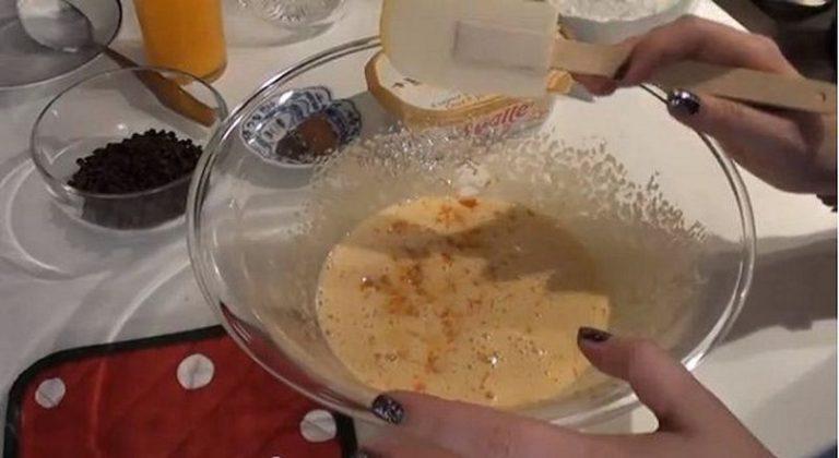 Con l'aiuto di fruste elettriche montate lo zucchero con le uova. Aggiungete la buccia grattugiata delle arance