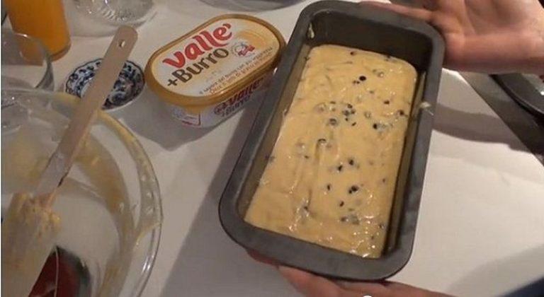 Imburrate e infarinate una forma da plumcake e versateci il composto. Cuocete in forno caldo a 180 °C per mezz'ora circa o finchè uno stuzzicadenti infilato nel centro del dolce non esce pulito