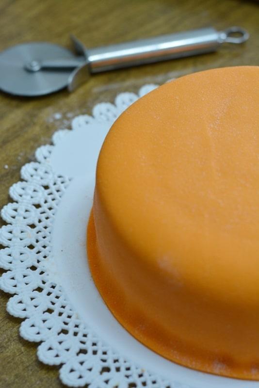 rivestire la torta con pasta di zucchero arancio