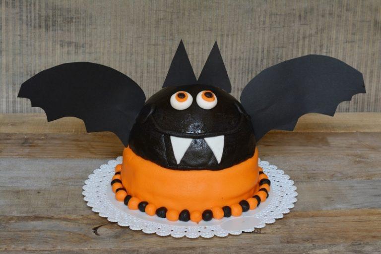 decorate la torta, dando alla cupola le sembianze di un pipistrello
