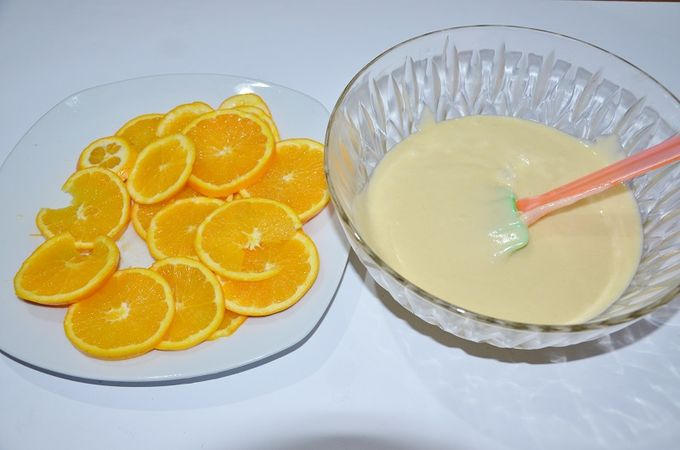 tagliare le arance a fette con tutta la loro buccia