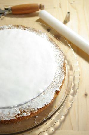 Montare la panna con un cucchiaino di zucchero quindi ricoprire con un leggero strato la torta