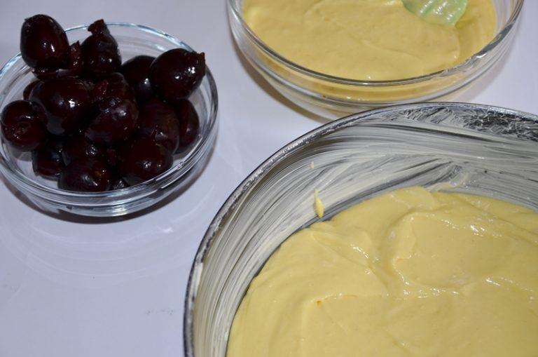lavorare lo zucchero con la valle' e la scorza tritata del limone, aggiungere un uovo alla volta ed infine le farine setacciate.