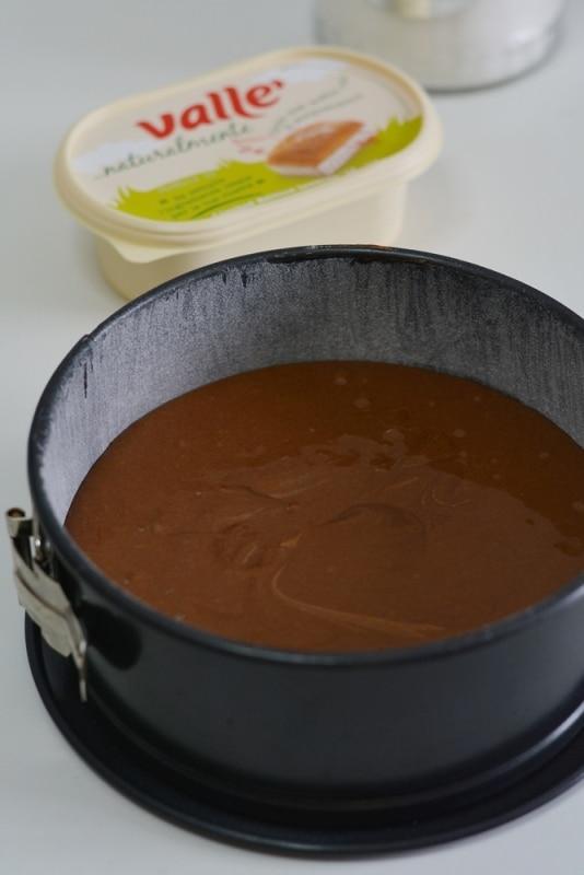 versare il composto in una tortiera di cm20 imburrata ed infarinata e cuocere a 180° per 30min.