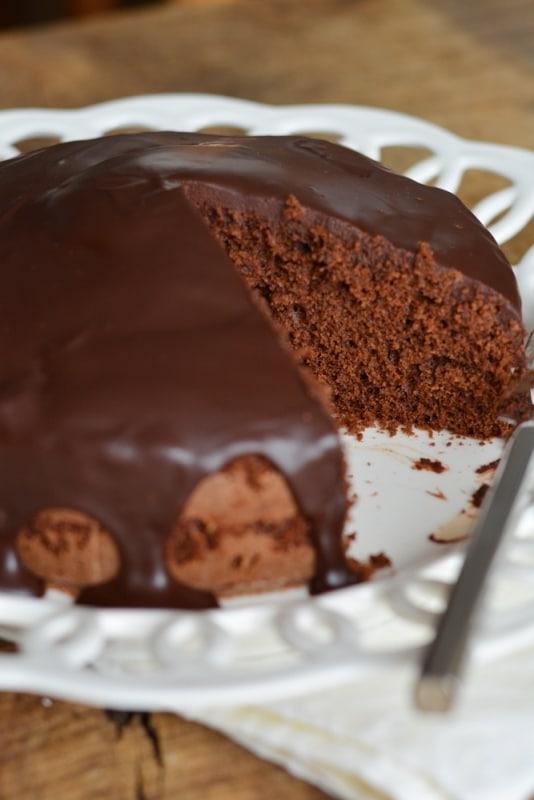 preparare la glassa facendo fondere la cioccolato insieme alla panna. Ricoprire la torta con la glassa tiepida.