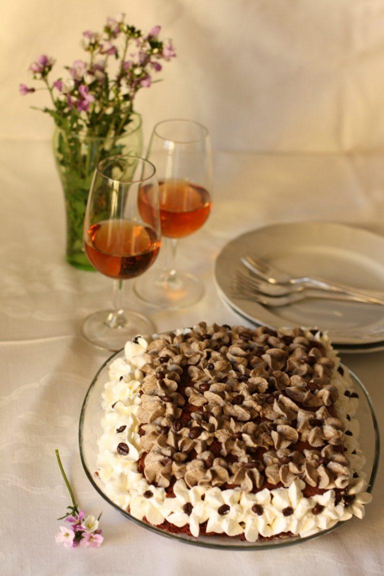 Decorarla con riccioli di crema al mascarpone, riccioli di panna e chicchi di caffèBuoni dolci da Anna-Gentile e da Vallé ♥