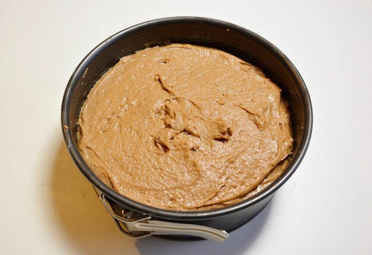 Versare il composto in uno stampo imburrato da 18-20 cm e cuocere a 170° per 40 minuti circa.
