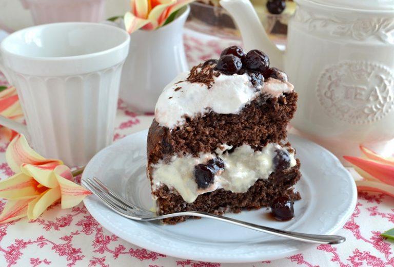 Poco prima di servire, versate le amarene rimaste al centro della torta sopra la panna, poi tagliate il cioccolato a scaglie e distribuitelo intorno