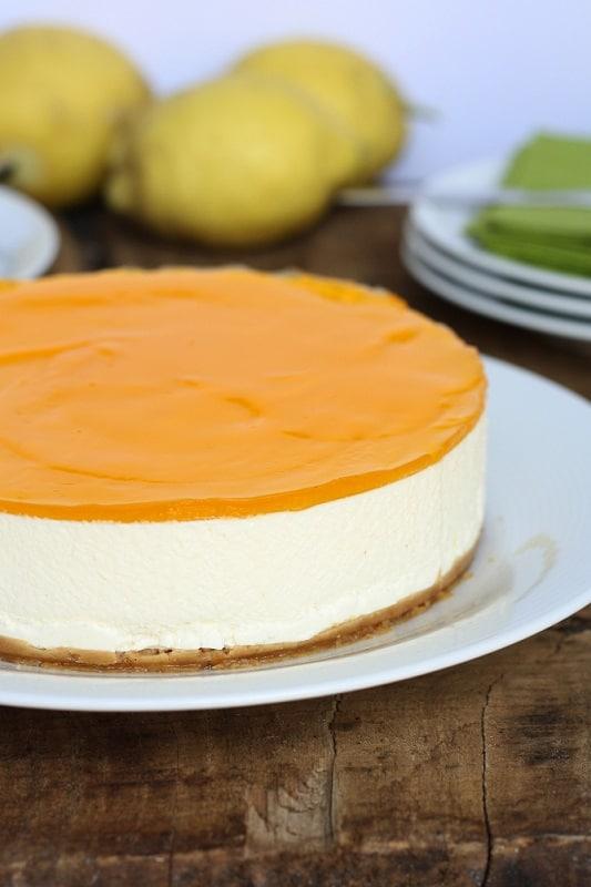 Ricoprire la torta al limone con la classica torta gel che si usa anche per le crostate. Conservare in frigo