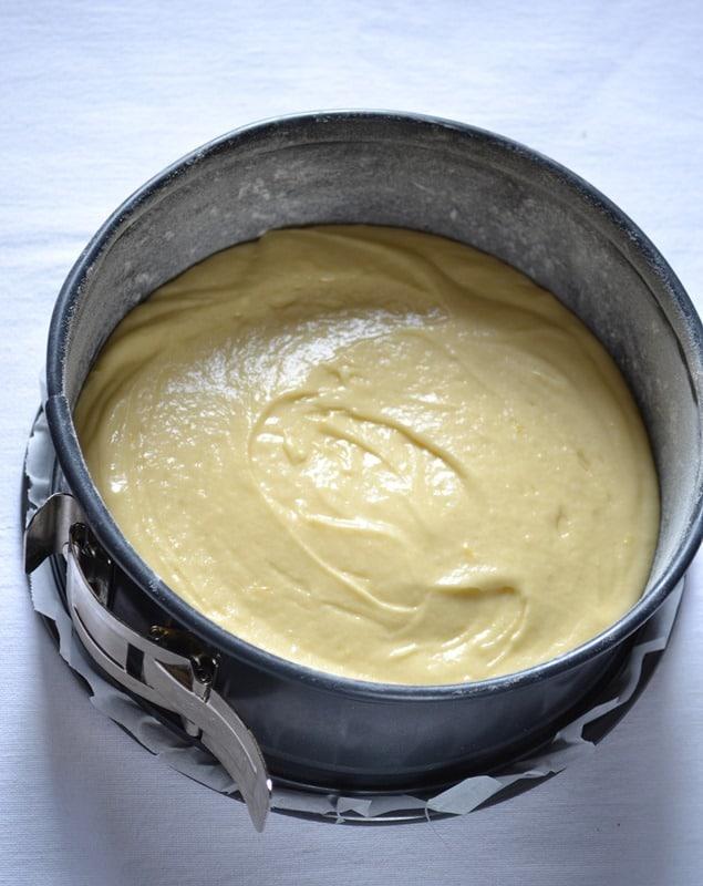 Torta fresca yogurt e fragole: versare nello stampo e infornare